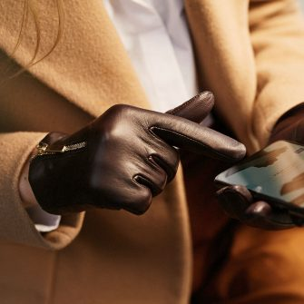 Touchscreen gloves with zippers