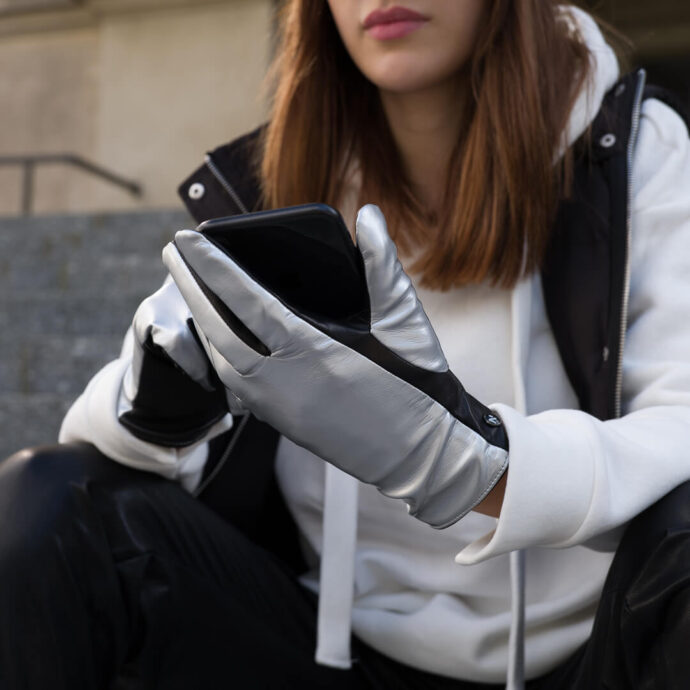 Women's gloves with abrasion resistant touchscreen technology